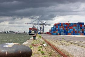 Containers de nickel calédonien sur le port d'Anvers