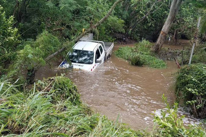Bourail : un pick up piégé dans le creek de Poé
