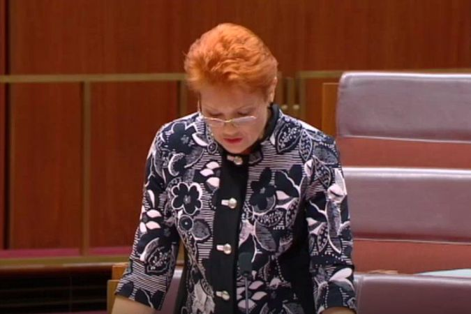 "La sénatrice australienne Pauline Hanson défend son projet de motion ""It's OK to be white"", octobre 2018"