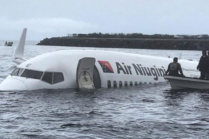 Un Boeing 737 rate son atterrissage et finit dans le lagon