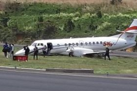 Avion de Sky High Aviation sur la piste de l'aéroport Douglas-Charles de la Dominique