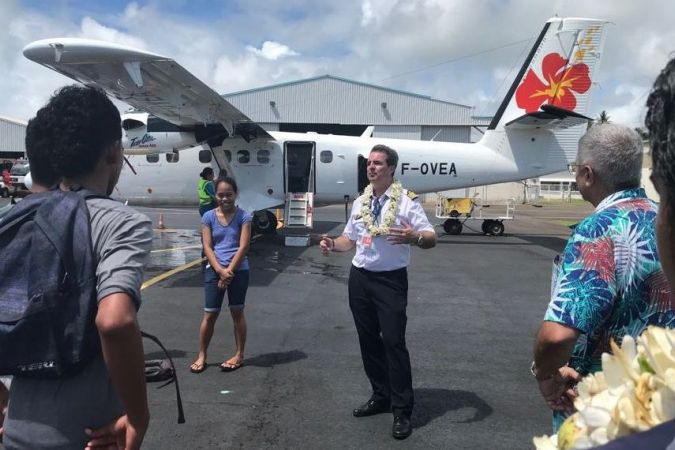 pilote aircalin devant twinotter